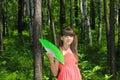 Ragazza che si smazza con il fan verde Fotografie Stock