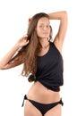 Ragazza sexy ragazza attraente in bikini nero ed in una canottiera sportiva che mostra le sue curve Immagini Stock Libere da Diritti