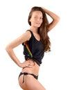 Ragazza sexy ragazza attraente in bikini nero ed in una canottiera sportiva che posa dal profilo che mostra le sue curve Fotografia Stock