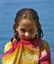 Ragazza sorridente sveglia spostata con un tovagliolo Fotografia Stock