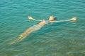 Ragazza teenager che si trova sulla superficie dell acqua di mare Immagini Stock Libere da Diritti