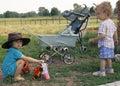 Ragazza in un cappello di cow-boy ed in un ragazzo riccio (2) Fotografia Stock Libera da Diritti
