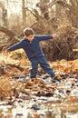 Ragazzo che equilibra sulle rocce in insenatura Fotografia Stock Libera da Diritti