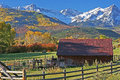 Ranch au pied du san juan mountains dans le col Photo stock