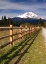 Ranchstaket row countryside rural kalifornien mt shasta Arkivbild