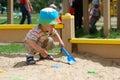 Rapaz pequeno que joga na caixa de areia Fotos de Stock