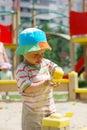 Rapaz pequeno que joga na caixa de areia Fotografia de Stock