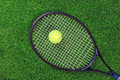 Raquet et bille de tennis sur l'herbe Photos stock