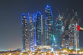 Rascacielos en abu dhabi en la noche Fotos de archivo libres de regalías