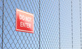 Red do not enter teken op metaaldraad mesh fence Royalty-vrije Stock Afbeeldingen