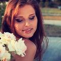 Regard sensuel de belle jeune femme dans le jardin en été photo de vintage Image stock