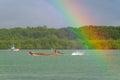 Regnbåge och fartyg på floden på Koh Kho Khao Royaltyfri Foto