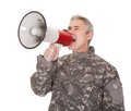 Reifer soldat shouting through megaphone Stockfoto