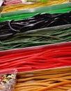 Reihen der bunten süßigkeitsschnüre in einem süßen geschäft Stockbilder