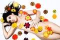 Relajación de la mujer joven cubierta en flores Foto de archivo