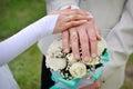 Remettez les jeunes mariés avec des anneaux sur le bouquet de mariage Image libre de droits