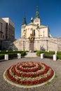 Renesanční kostel a květiny na náměstí