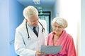 Resultados del paciente del doctor shows female elderly Imagen de archivo libre de regalías