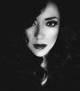 Retrato blanco y negro de una mujer hermosa con el pelo oscuro Foto de archivo