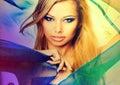 Retrato colorido de una mujer rubia joven atractiva Foto de archivo libre de regalías