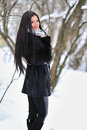 Retrato da jovem mulher moreno no casaco de pele no backgroun do inverno Imagem de Stock