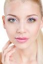 Retrato da mulher bonita com a flor da orquídea em seu cabelo woman face modelo bonito pele perfeita make up makeup profissional Fotografia de Stock