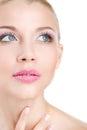Retrato da mulher bonita com a flor da orquídea em seu cabelo woman face modelo bonito pele perfeita make up makeup profissional Imagens de Stock Royalty Free