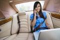 Retrato da mulher de negócios using laptop while na chamada Imagem de Stock