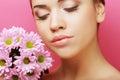 Retrato da mulher nova com crisântemo cor-de-rosa Fotos de Stock