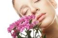 Retrato da mulher nova com crisântemo cor-de-rosa Fotos de Stock Royalty Free