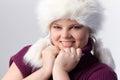 Retrato de la mujer gorda en el sombrero de piel blanco Fotos de archivo
