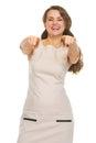 Retrato de la mujer joven sonriente que señala in camera Imagen de archivo