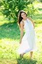 Retrato de la mujer sonriente hermosa joven al aire libre Fotografía de archivo