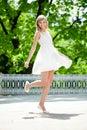Retrato de la mujer sonriente joven en salto, al aire libre Fotografía de archivo