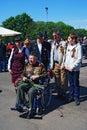 Retrato de un veterano de guerra actitud de la gente joven con él para las fotos Fotos de archivo