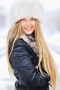 Retrato del invierno de la mujer joven en sombrero de piel Fotografía de archivo