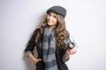 Retrato do brunette novo muito elegante com câmera retro do filme Fotografia de Stock Royalty Free