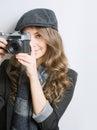 Retrato do brunette novo muito elegante com câmera retro do filme Imagens de Stock