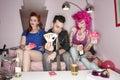 Retrato do homem que guardara cartões de jogo com as mulheres que sentam se além dele Imagem de Stock Royalty Free