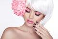 Retrato femenino rubio de la belleza con la flor de la lila balneario hermoso wo Foto de archivo