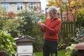 Rijpe mens die honey produced by his own bijen bekijken Royalty-vrije Stock Foto