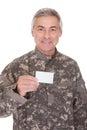 Rijpe militair holding blank paper Royalty-vrije Stock Fotografie