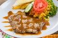 Rindfleischsteak mit soße des schwarzen pfeffers salat und pommes frites auf s Stockbilder