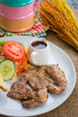 Rindfleischsteak mit soße des schwarzen pfeffers salat und pommes frites auf s Lizenzfreie Stockfotos