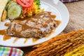 Rindfleischsteak mit soße des schwarzen pfeffers salat und pommes frites auf s Lizenzfreies Stockbild