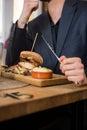 Ristorante di eating food in dell uomo d affari Immagine Stock Libera da Diritti