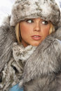 Ritratto del cappello e del cappotto di pelliccia da portare della giovane donna Immagini Stock Libere da Diritti