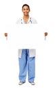 Ritratto del dottore sorridente holding blank billboard Fotografie Stock Libere da Diritti