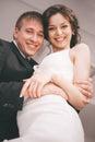 Ritratto della coppia sposata sorridente nella sala Immagini Stock