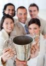 Riuscita squadra di affari che mostra il loro trofeo Fotografie Stock Libere da Diritti